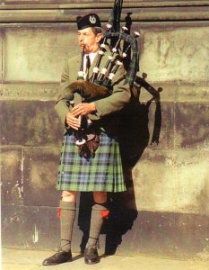 UK---Edinburg---bagpiper