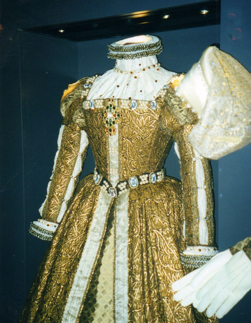 UK-2000-queen-dress