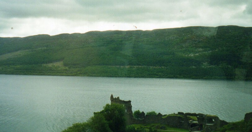 UK-2000-Urqhart-Castle
